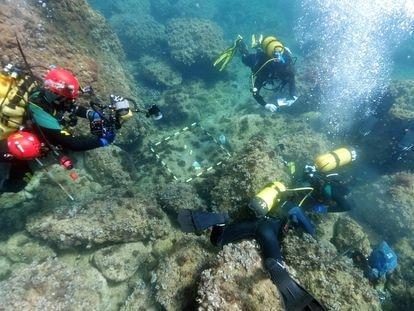 Um grupo de arqueólogos subaquáticos da Universidade de Alicantena área onde foram encontradas as moedas de ouro.