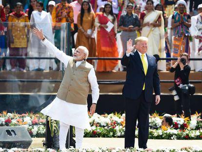 O primeiro-ministro da Índia, Narendra Modi, ao lado do presidente dos Estados Unidos, Donald Trump, no estádio de Ahmedabad, em 24 de fevereiro.