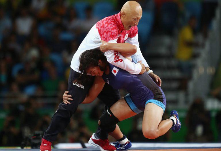 Momento em que a lutadora surpreende seu treinador.