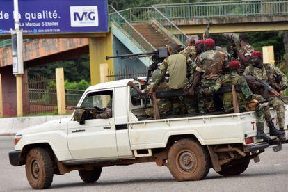 Soldados guineenses circulam pelo distrito de Kaloum, no centro da capital Conacri, neste domingo.