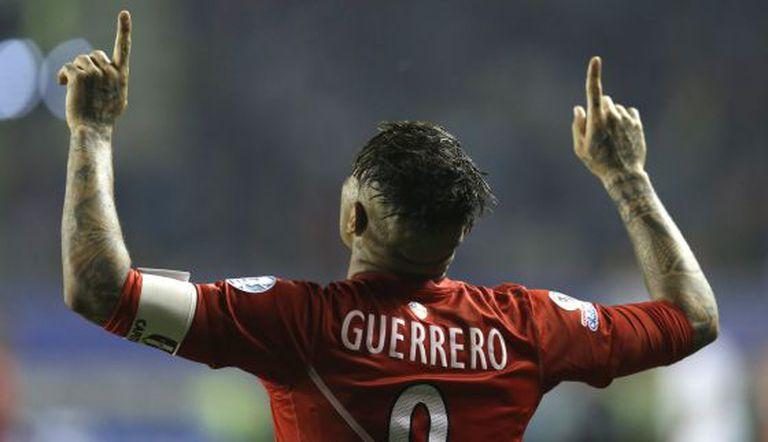 Paolo Guerreiro celebra seu terceiro gol contra a Bolívia.
