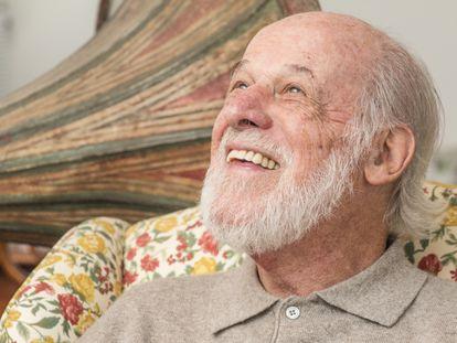 O escritor, jornalista e crítico musical Zuza Homem de Mello em seu escritório na zona oeste de São Paulo.