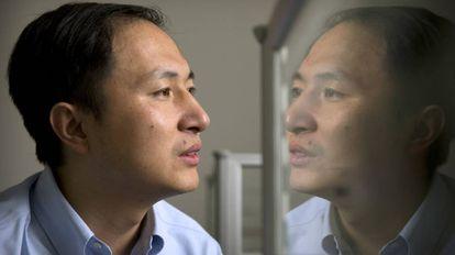 He Jiankui refletido na tela do computador de seu laboratório, na universidade chinesa de Shenzhen