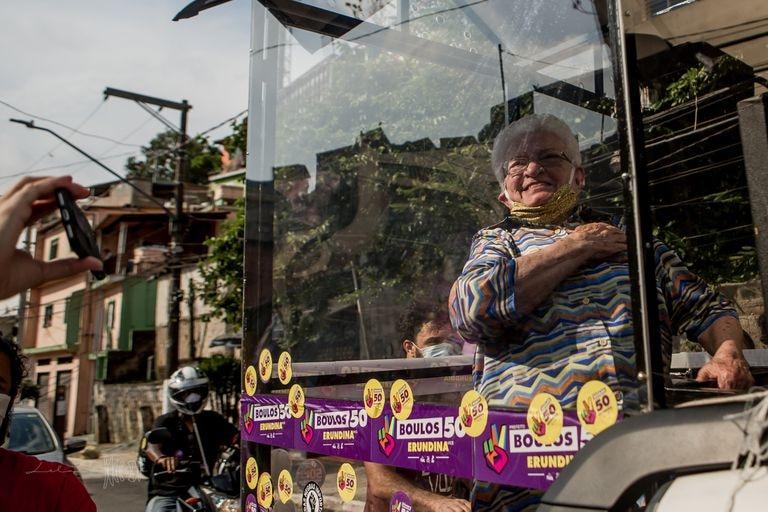 Luiza Erundina a bordo do Cata Voto durante carreata na favela que leva seu nome, na zona sul de São Paulo.