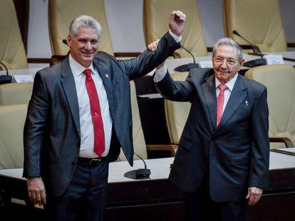 Miguel Díaz-Canel, à esquerda, acena ao lado de Raúl Castro depois de ser nomeado presidente, em abril de 2018.