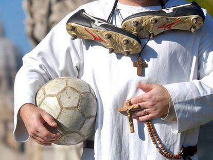 Futebol e reuniões na casa paroquial aproximaram padre de adolescentes.