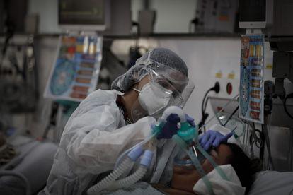 Profissional de saúde com paciente em hospital no M'Boi Mirim, em São Paulo, no último 12 de março.