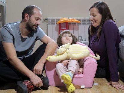 Paula, entre os pais, Silvana e Roberto.