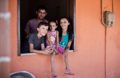 A agricultora Patrícia, o marido e os dois filhos que, com o auxílio emergencial, driblaram o fogão à lenha e tiveram WiFi em casa pela primeira vez.