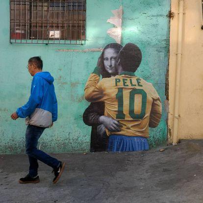 O lambe-lambe de Pelé beijando a Mona Lisa, em São Paulo.