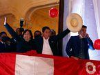 """LIM01. LIMA (PERÚ), 19/07/2021.- El izquierdista Pedro Castillo (c) saluda simpatizantes desde un balcón luego de ser proclamado hoy presidente electo del país, en Lima (Perú). La proclamación oficial se da este lunes, mes y medio después de los comicios en los que venció a la derechista Keiko Fujimori, quien retrasó su nombramiento con más de un millar de impugnaciones en las que denuncia sin pruebas fehacientes un supuesto """"fraude"""". Después de declarar infundados los últimos recursos legales presentados por Fujimori, el Jurado Nacional de Elecciones (JNE) refrendó los resultados de la votación del 6 de junio, donde Castillo obtuvo el 50,12 % de los votos válidos, un estrecho triunfo por apenas 44.263 votos de ventaja sobre Fujimori. EFE/ Paolo Aguilar"""
