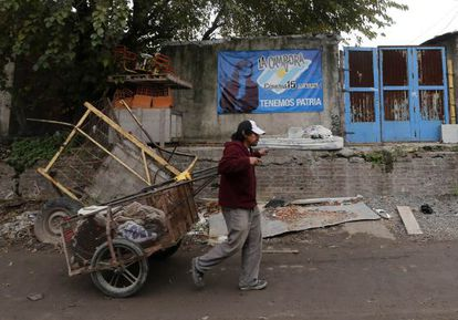 Carroceiro na favela de La Carbonilla, em Buenos Aires.