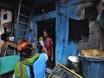 Trabajadores del ministerio de salud examinan a una mujer para detectar los síntomas de COVID-19 en Dharavi, uno de los mayores barrios bajos de Asia, en Bombai, en India.  La India ha superado a Rusia y se ha convertido en la tercera nación más afectada por la pandemia del coronavirus.