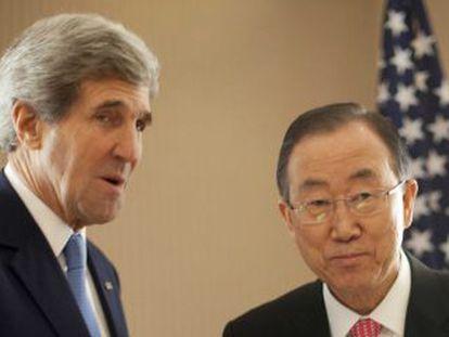 O secretário de Estado dos EUA, John Kerry saúda o secretário geral da ONU, Ban Ki Moon antes do início da conferência de doadoras do Kuwait.