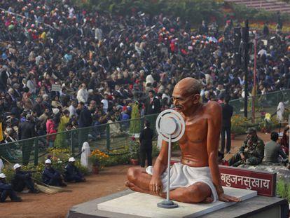 Uma imagem de Gandhi é levada pelo Rajpath, o bulevar cerimonial de Nova Délhi, na Índia, na sexta-feira passada.