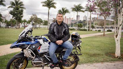 O bolsonarista Vinicius Publio, 45, posa com sua motocicleta em Barueri, cidade de São Paulo onde trabalha como policial militar, no dia 23 de junho.