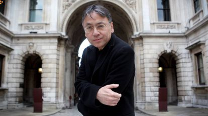 O escritor Kazuo Ishiguro posa no pátio da Royal Academy of Arts, em Picadilly, Londres
