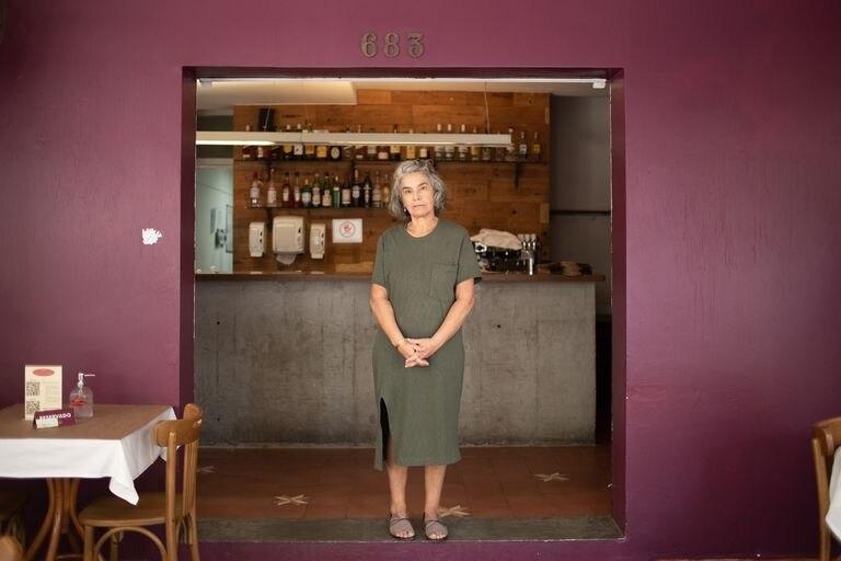 A empresária Ana Massochi fechou no início da pandemia um restaurante na zona central de São Paulo e luta para manter em pé um local de comida argentina.