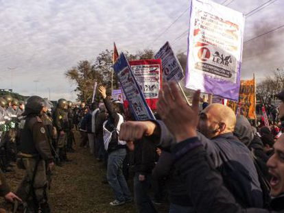 Protesto em Buenos Aires por demissões na empresa de autopeças LEAR.