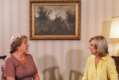 Bachelet e Matthei conversam no domingo após os resultados eleitorais.