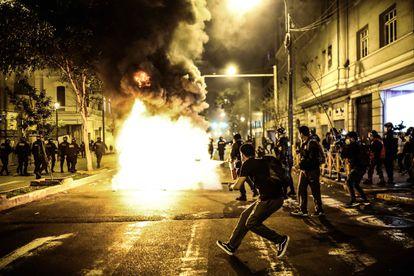 Confronto entre a polícia e manifestantes na noite de terça-feira em Lima.