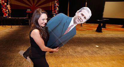 Uma voluntária republicana retira uma foto de Bush em Phoenix.