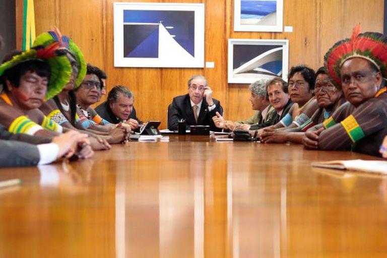 Cunha recebe no último dia 4 grupo de índios contrários à PEC 215.