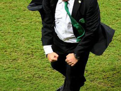 Miguel Herrera comemora um gol contra a Croácia.