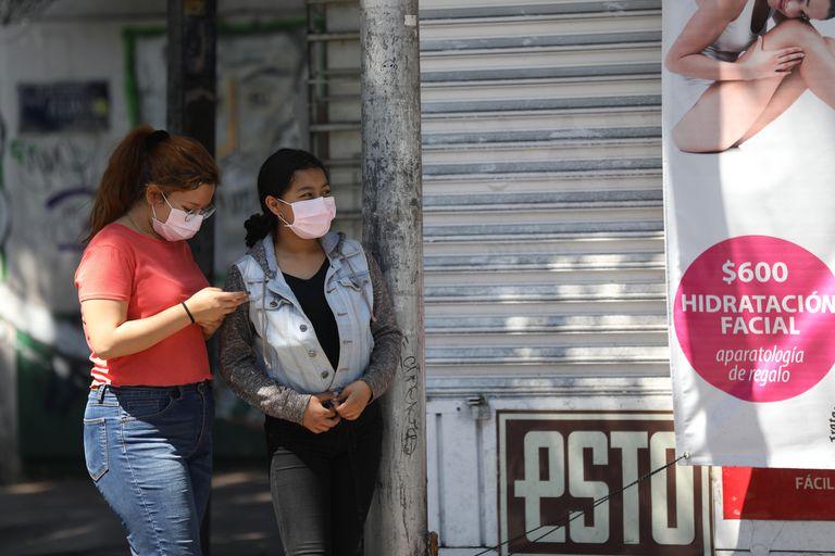 Mulheres se protegem do coronavírus com máscaras, neste sábado, na Cidade do México.