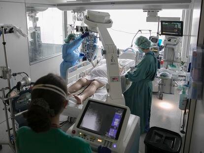 UTI de covid-19 do Hospital de Bellvitge, em Barcelona.
