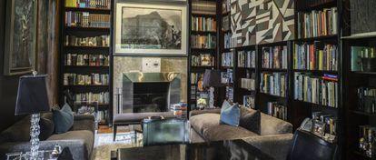 Na biblioteca, fotografias de Martín Chambi e um raro quadro de Fernando Bryce.
