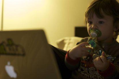 Os pais dão cada vez mais cedo para seus filhos aparelhos eletrônicos.