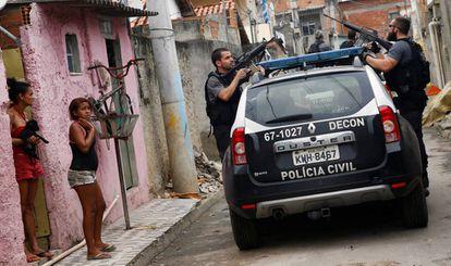 Policiais civis durante a operação na Cidade de Deus.