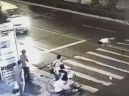 """Vítima, que não foi ajudada nem pelos motoristas nem por pedestres, morreu, e gerou uma onda de críticas contra o Governo chinês pela """"frieza da sociedade"""""""