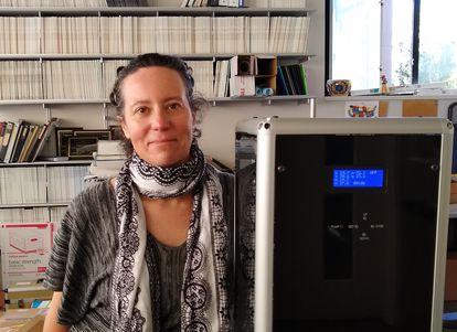A pesquisadora Arantza Eiguren, com um aparelho similar ao utilizado para capturar os coronavírus, nesta quarta-feira, em Berkeley (EUA).