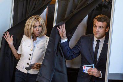 Emmanuel Macron e sua esposa Brigitte Trogneux ao votarem no domingo.
