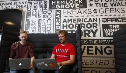Dois funcionários na sede do Netflix.