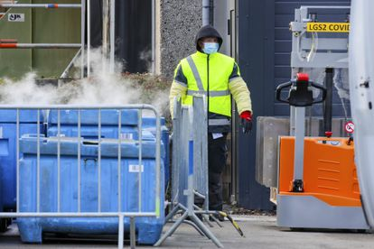 Funcionário da Pfizer na unidade de Puurs (Bélgica) utiliza gelo seco, nesta sexta-feira, para manter a vacina a 70 graus negativos durante sua distribuição.