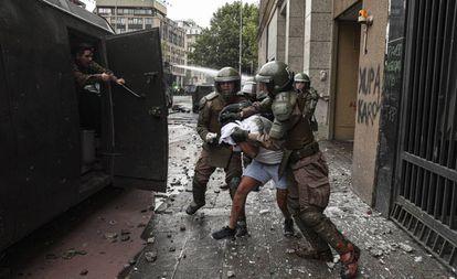 A polícia detém um manifestante em Santiago, na última sexta-feira.