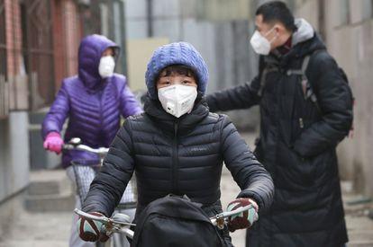 Habitantes com máscaras durante o alerta por poluição em dezembro em Pequim.