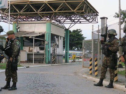 Homens da Polícia do Exército na saída de refinaria da Petrobras, na Baixada Fluminense.