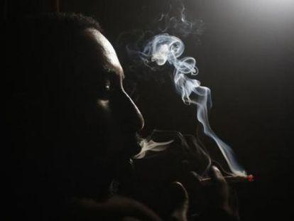 Homem inala heroína