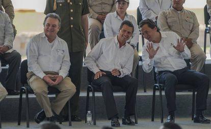 Peña Nieto e Emilio Lozoya conversam em um ato de 2014.