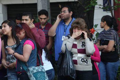 Habitantes da Cidade do México depois de evacuar um edifício.
