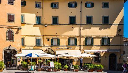 Uma praça do povo toscano de Cortona.