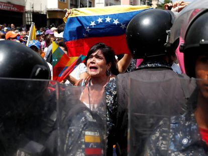 Manifestantes contra Nicolás Maduro, neste sábado em Caracas.