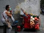 Un vendedor ambulante en Ciudad de México, el pasado domingo.