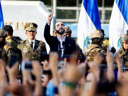 Nayib Bukele com seus seguidores e militares, no domingo, em San Salvador.