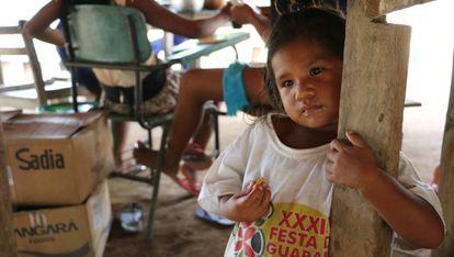Uma menina sateré-mawé da aldeia da Vila Nova, na terra indígena Andará Marau, no Amazonas. Este povo indígena é um dos mais vulneráveis ao novo coronavírus.