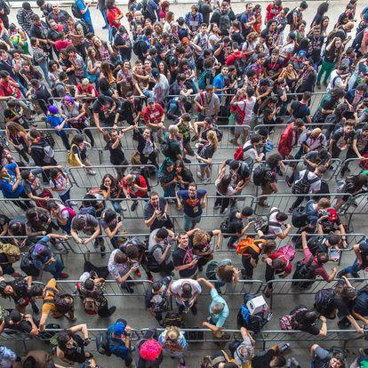 Público faz longa fila de espera para entrar na CCXP.